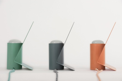 mario-alessiani-minimal-vela-aluminum-table-lamp-offiseria-designboom-02